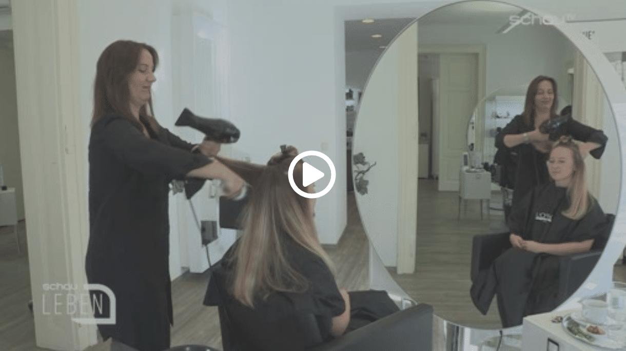 Carola Claudia Staudinger Hair Salon & Spa Ein wiederkehrendes Problem, dass nach dem Sommer wohl so manch einer kennt: Strohiges, strapaziertes Haar - besonders schön fällt es nicht mehr. Doch dieses Problem ist schnell gelöst, ohne dass die Länge der Haare verloren geht. Hier geht es zum VideoBeitrag aufschauTV.